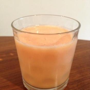ビタミン補給に。トマト+りんご+パイナップル+マンゴーのスムージー