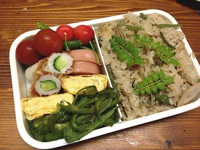 炊き込みご飯弁当。トマトバジルサラダ。お預けさせられるにゃんこ