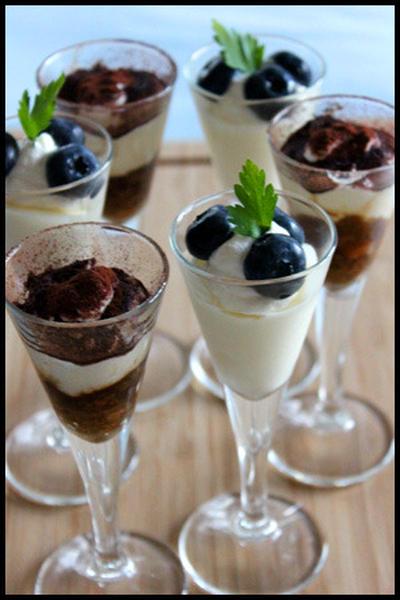 残り物のパンdeティラミスとブルーベリーレアチーズグラス