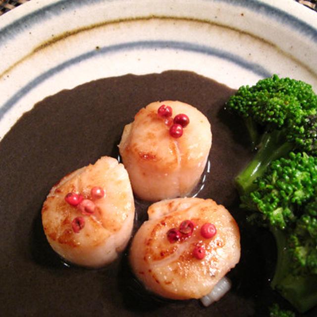 和洋融合で味を楽しく:帆立の黒胡麻味噌ソース、生姜ふんだん冬瓜のそぼろあんかけ