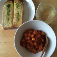 自家製パンチェッタとひよこ豆のトマト煮、ステックトースト×イタリアの白