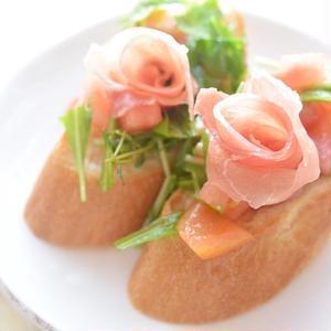 クルクル巻くだけで食卓が華やかに♪「生ハムで作るバラ」がかわいい!