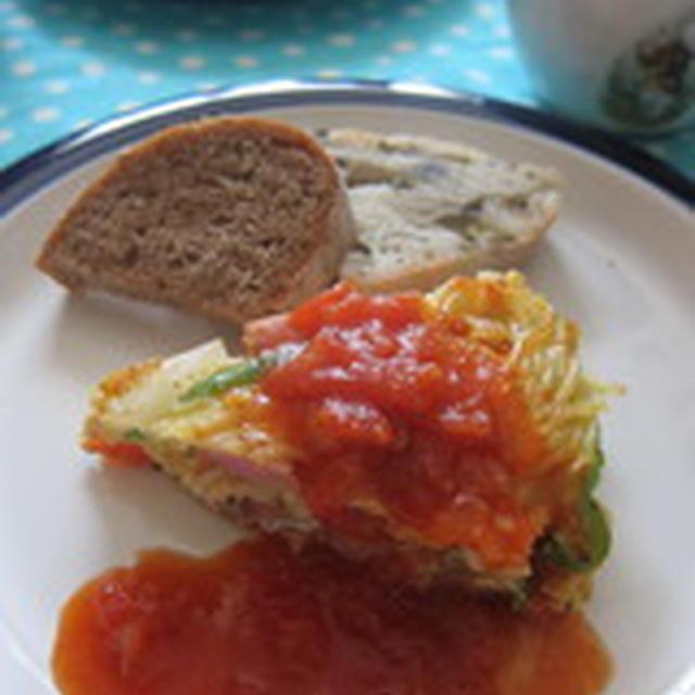 「ソーセージと野菜のパスタオムレツ ~完熟トマトソース添え~」