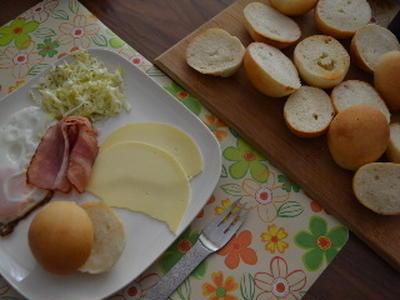 焼き立てのシンプル丸パンで休日ランチ♪