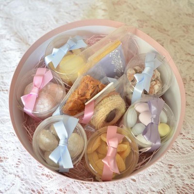 ピンクの丸いボックスを開けると、可愛いスイーツがお出迎え♪宝石箱のように一つ一つ丁寧に人気のスイーツ...