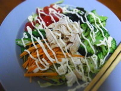 夏にピッタリ。豆腐マヨポンのサラダうどん。