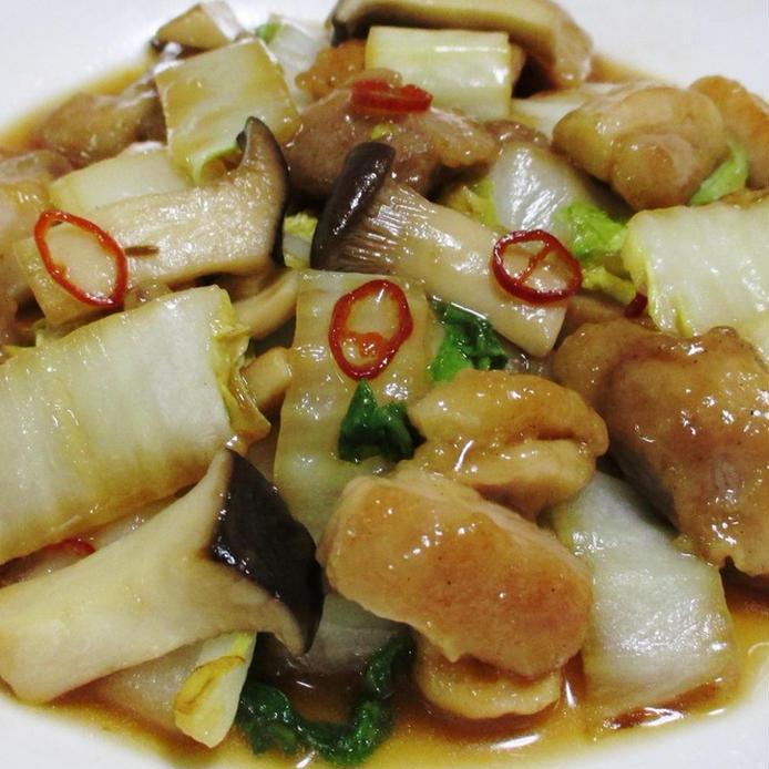 白い皿に盛られた、鶏もも肉と白菜の和風炒め