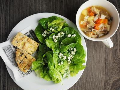 根菜ときのこのコンソメスープ マノアのサラダニンジンの葉とチーズのドレッシング キタアカリと黒オリーブのクイックブレッド