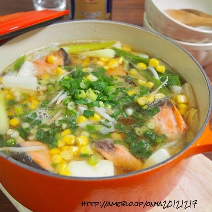 ネギやコーン、鮭の入った鍋