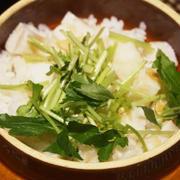 鐘崎舞茸笹かまの釜めし、蟹と三つ葉の鍋、白はんぺんと三つ葉の煮びたし、そして秋刀魚様は