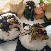 「高菜と豚肉炒めで新米のおにぎり」。