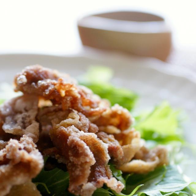 ごま酢だれで食べる豚肉のカリカリ唐揚げサラダ風