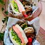 美味しすぎる静岡産のリーフレタスとスモークサーモンのサンドイッチ