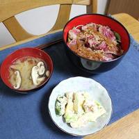 ローストビーフ丼と鶏肉とかぼちゃのラー油マヨサラダでうちごはん(レシピ付)