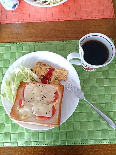 トマトチーズトーストとキノコのオムレツで、 朝ごパン~♪