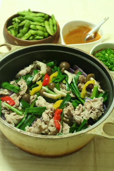 2種類の絶品たれで。野菜たっぷりの蒸し鍋。