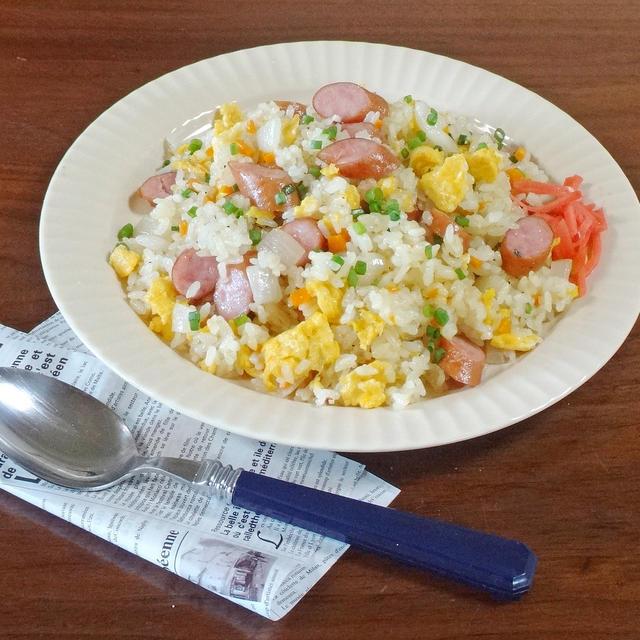 【夏休み超簡単ランチレシピ】ウインナーと卵のバター醤油チャーハン
