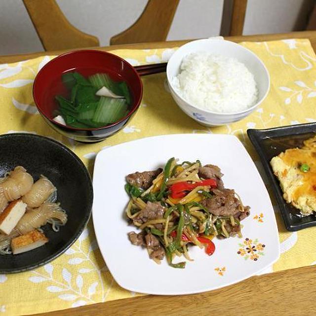 青椒牛肉絲と糸こんにゃくとさつま揚げの煮物とチンゲン菜と椎茸の中華スープでうちごはん(レシピ付)