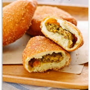 ホットケーキミックスで簡単・節約20分♪揚げないヘルシー豆腐カレーパン♡卵不要の お菓子なパン