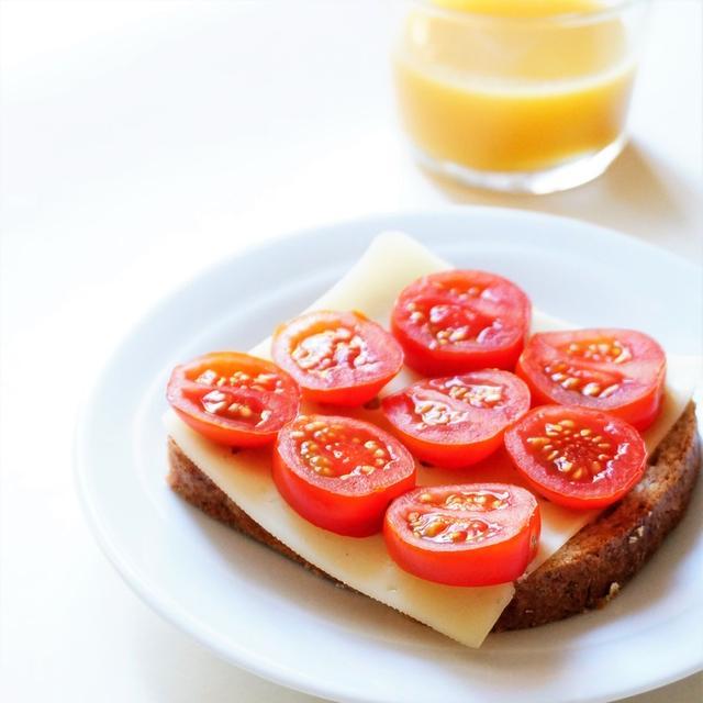 ミニトマトとスライスチーズのオープンサンドで簡単朝ごはん