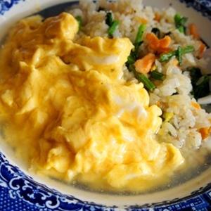 とろとろ卵、鮭とほうれん草の和風餡かけオムライス