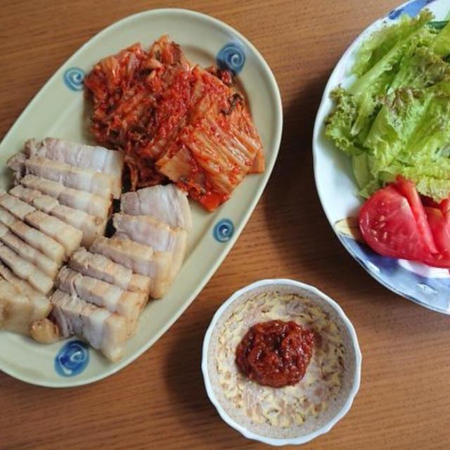 ポッサムの韓国人気レシピ。柔らかい茹で豚・蒸し豚にキムチとタレを添えて