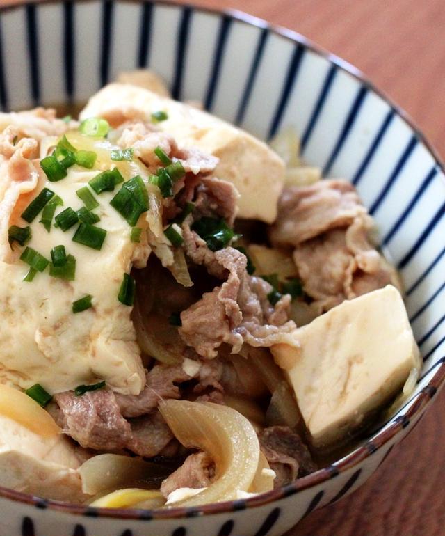おさらに盛られた肉豆腐