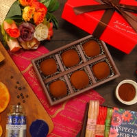 湯煎不要でとても簡単にお手軽に作ることができて 大人なバレンタインの贈りものに最適~♪口のなかでなめらかに とろける柔らかな食感が最高でオレンジピールの爽やかで 華やかな風味と口の中で弾ける鮮烈なブラックペッパーの香りと 余韻がとても心地よいブラックチョコレートで作るトリュフ -Recipe No.1657-【Japanese】