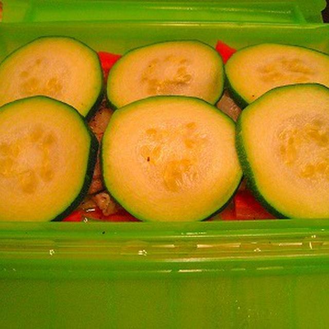 ルクエ・スチームケースを使って、夏野菜の巨大ズッキーニと豚肉の蒸し物 辛子梅味噌ソース