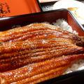 うなぎ屋かわすいの重に詰めるフライパンで温めた鰻の蒲焼きは…信じるものは救われると信じるみかん。