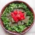 自家製甘夏ぽん酢で刺身こんにゃくとレタスとトマトのサラダ