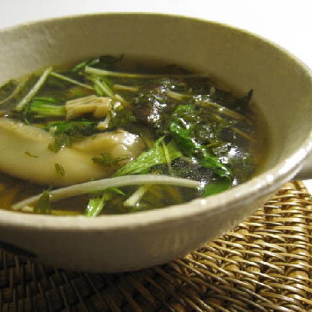 きのことニンジンの葉のスープ