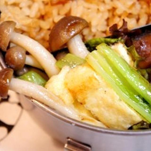 世紀末弁当救世主伝説、しめじと小松菜・お揚げのはんなり炒めと……残り物弁当……