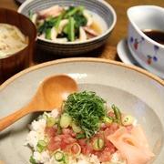 ねぎまぐろ丼 と 小松菜といかの煮物。