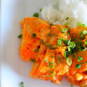 【置き換えレシピ】超人気の「鶏むね肉」で、豚キムチを「鶏キムチ」に!しっとり仕上げる裏ワザって?