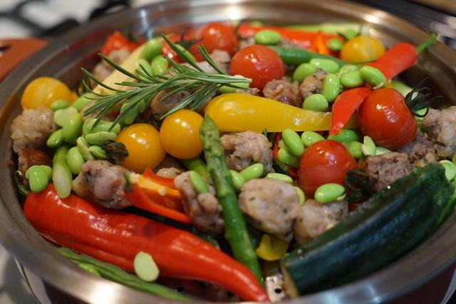 色鮮やかな野菜が鍋に入っている