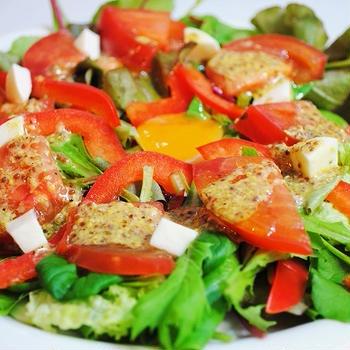 5分で出来てビタミン&ミネラルたっぷり!ベビーリーフとパプリカのサラダ 粒マスタードドレッシング