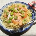麺つゆで和えるだけの、空豆とサーモン刺身の和風パスタ