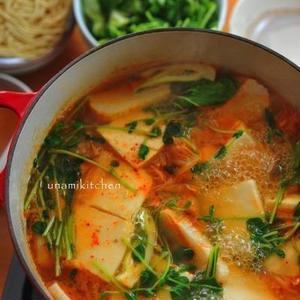 ピリ辛味がクセになる♪残ったキムチでチゲスープ!