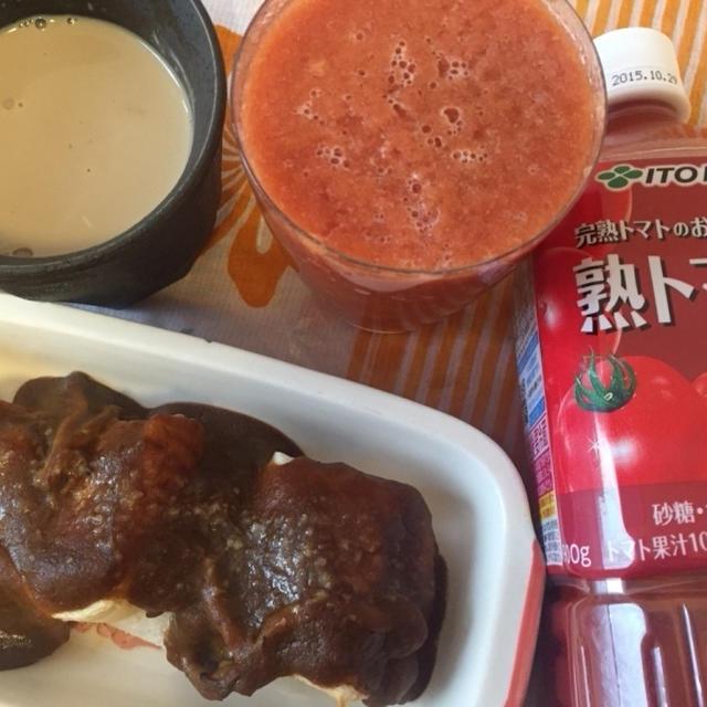 今日の朝ごはん^_^カレーのドリア風と伊藤園のトマトジュース