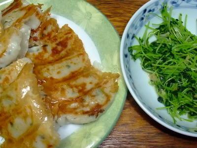 冷凍餃子と豆苗の炒めもの
