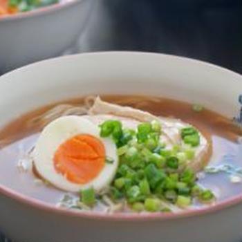 鶏チャーシューのせラーメンと塩サバとねぎ炒めの二日分晩ごはん。