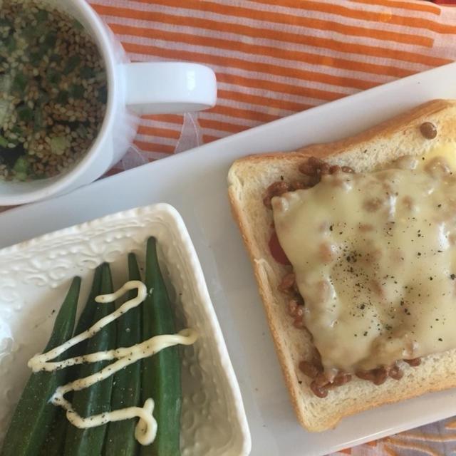 今朝の朝ごはん^_^納豆ピザトーストにおくら