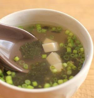 簡単・お湯を注ぐだけ♪海苔と豆腐の即席中華スープ