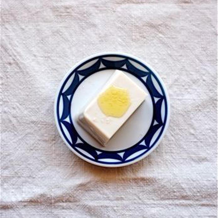 小鉢に盛られた豆腐にオイルがかかっている