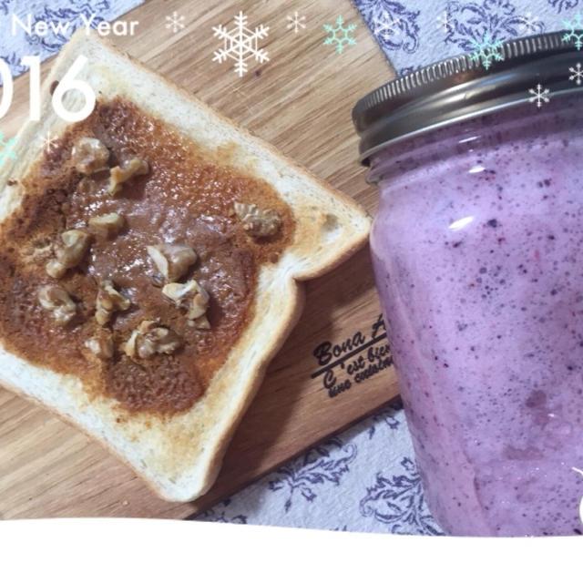 今朝の朝ごはん(*^_^*)リピきなココナッツトーストにベリースムージー