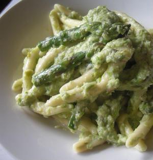 Casarecce agli asparagi アスパラのピュレーで和えたパスタ