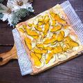 蝶が舞ってるようなチーズが生地のさつまいもとかぼちゃピザ