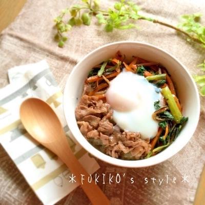 【簡単*作り置き*アレンジ】三色野菜とひじきのナムルに牛肉添えてピビンパ丼