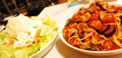 ベーコンとナスのトマトパスタ+スモークチキンのサラダ